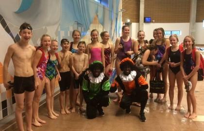 Pieten op bezoek bij zwemgroepen